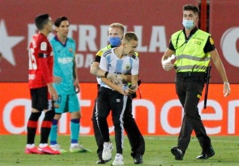 اتفاق عجیب در بازی بدون تماشاگر بارسلونا؛ ورود جیمی جامپ به زمین و اخلال در بازی!